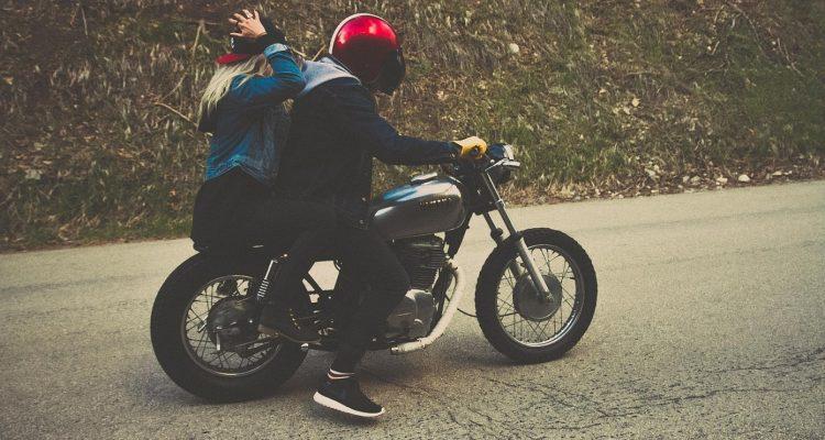 Les avantages qu'offre le port d'un casque moto